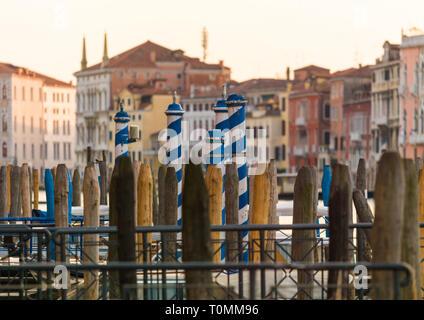 Holzpfähle auf dem Canal Grande, Region Veneto, Venedig, Italien Stockbild