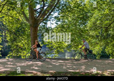 Radfahrer auf einem Pfad in der Nähe von Neuer See, Tiergarten, Berlin, Deutschland Stockbild