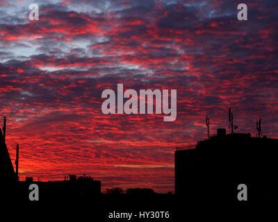 Silhouette der Stadt gegen dramatischer Himmel bei Sonnenuntergang Stockbild