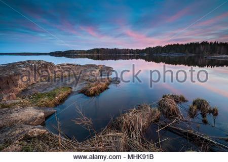 Frühlingsabend im See Vansjø, Østfold, Norwegen. Stockbild