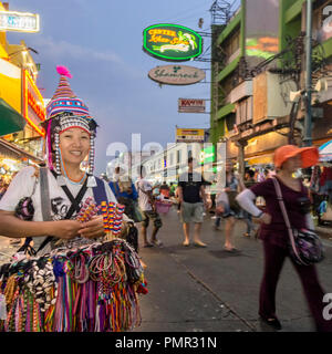 Hill Tribe Frauen mit Souvenirs auf der Khao San Road, Bangkok, Thailand, Stockbild