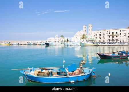 Molfetta, Apulien, Italien - ein traditionelles Fischerboot im Hafen von Molfetta Stockbild