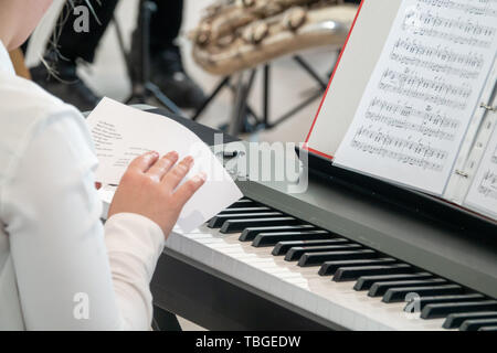 Ein junger Pianist Studien der Zeitplan vor einer Leistung Stockbild
