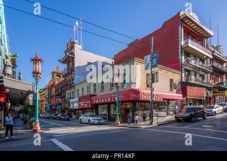 Blick auf traditionell eingerichtete Straße in Chinatown, San Francisco, Kalifornien, Vereinigte Staaten von Amerika, Nordamerika Stockbild