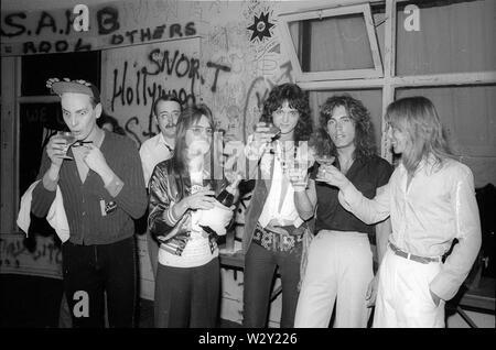 LOS ANGELES, Ca - Juni 04: (L-R) Musiker Rick Nielsen, Bun E.Carlos, DJ Rodney Bingenheimer, Musiker Tom Petersson und Robin Zander von Cheap Trick backstage in der Whisky nach Durchführung in einem Konzert ca. 1977 an der Whisky in Los Angeles, Kalifornien. Stockbild