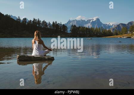 Frau Üben von Meditation und Yoga Stockbild