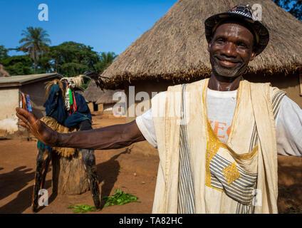 Afrikanischer Mann vor der großen maskentanz namens Kwuya Gblen-Gbe in der Dan Gemeinschaft, Bafing, Gboni, Elfenbeinküste Stockbild