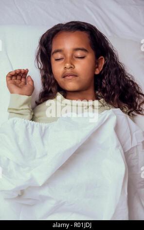 Bedtime für junge Mädchen 7-10 Jahre alten schlafend im Bett African American/Kaukasisch. Herr © Myrleen Pearson........ Ferguson Cate Stockbild