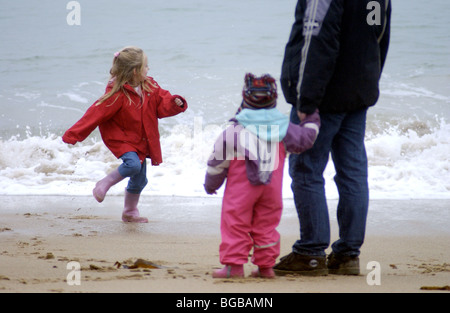 Foto der Familieneinheit gemeinsam sichern Strand sicher Kinder Papa UK Stockbild