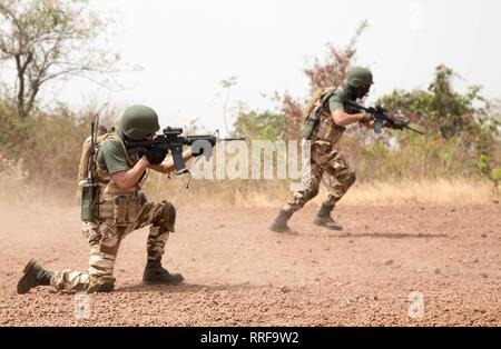 Marokkanische Soldaten Praxis feuern und sich beim antiterrorism Ausbildung bei Ausübung Flintlock 2019 Februar 21, 2019 in Bobo-Dioulasso, Burkina Faso. Flintlock ist eine multi-nationale Übung bestehend aus 32 afrikanischen und westlichen Nationen an mehreren Standorten in Burkina Faso und Mauretanien. Stockbild