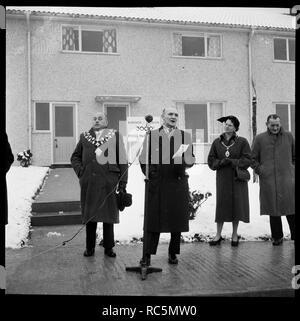 """Haus Eröffnungsfeier, Ramsbury Avenue, Penhill, Swindon, Wiltshire, 1955. Eine Gruppe von Würdenträgern, einschließlich Bürgermeister Arthur Madge Bennett und Alf Bown, während Vorträgen fotografierte die """"Öffnung"""" der 3000Th Nachkriegszeit Haus in Swindon zu konstruiert werden zu markieren. Die original Laing handlist Records das Thema für dieses Bild als """"Öffnung der 3000Th Haus in Swindon. Stockbild"""