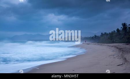 Ein Jogger an der Playa Dorada und der karibischen Küste im Morgengrauen, Magdalena, Kolumbien Stockbild