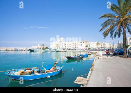 Molfetta, Apulien, Italien - 3. JUNI 2017 - traditionelle Fischerboote an der Hafenpromenade von Molfetta Stockbild