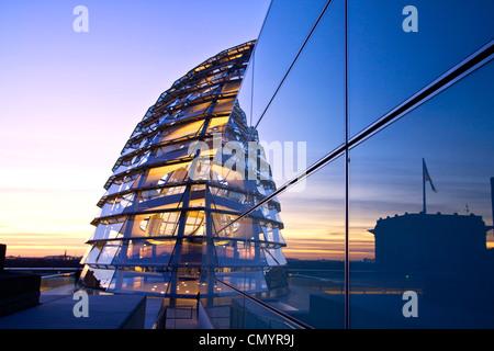 Reichstag Gebäude Dach Terasse Kuppel von Sir Norman Forster bei Dämmerung, Berlin, Deutschland, Europa Stockbild