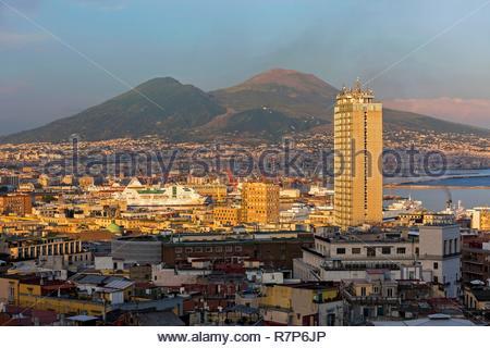 Italien, Kampanien, Neapel, historischen Zentrum als Weltkulturerbe von der UNESCO, allgemeine Sicht auf die Stadt und den Vesuv im Hintergrund Stockbild