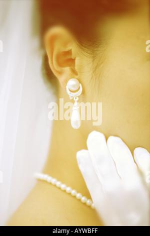 Nahaufnahme von Perle Ohrringe und Halskette auf die Braut Stockbild
