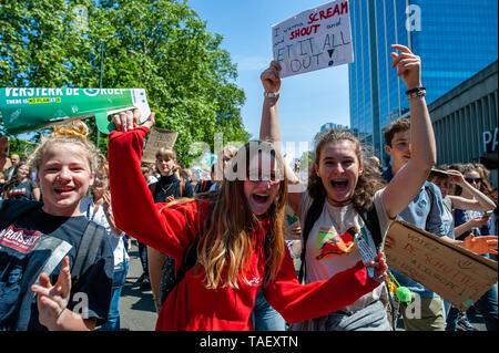 Zwei Mädchen werden gesehen, Plakate riefen Slogans während des Protestes. Zehntausende Kinder in mehr als 60 Ländern gestreikt Klimawandel Aktion zu verlangen. # FridaysForFuture ist eine Bewegung, die im August 2018 begann, nach 15 Jahren alten Greta Thunberg vor dem schwedischen Parlament jede Schule Tag saß für drei Wochen, gegen die fehlende Aktion auf die Klimakrise zu protestieren. In Brüssel, nicht nur Studenten, sondern Lehrer, Wissenschaftler, und mehrere Syndikate nahm die Straßen der belgischen Hauptstadt zum zweiten Mal für eine bessere Klimapolitik zu protestieren. Nach dem Belgi Stockbild