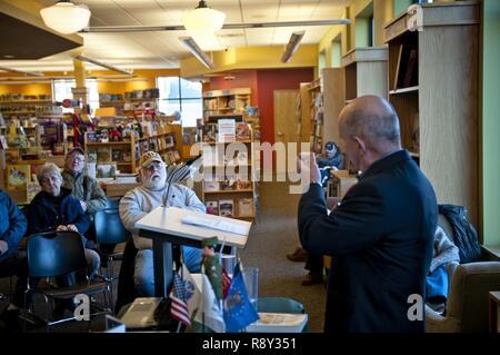 1. Sgt zurückgezogen. William Graser, Autor von 'Veteranen' Reflexionen,' zeigt ein Stück der Berliner Mauer zu einer Präsentation seines Buches Samstag, den 4. März 2017 in Concord, New Hampshire. Graser's Buch hebt die Geschichten von 60 US-militärischen Veteranen aus dem Zweiten Weltkrieg durch den globalen Krieg gegen den Terror. Stockbild