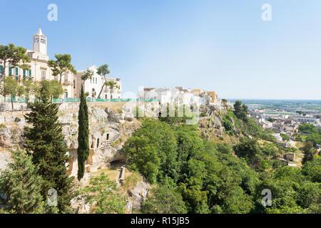 Massafra, Apulien, Italien - Kirche und Park auf dem Berge aus Sicherheitsgründen gebaut Stockbild