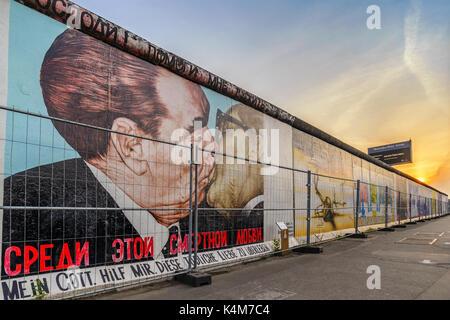 BERLIN, DEUTSCHLAND: 10. MAI 2017: Berliner Skyline Sonnenuntergang am berühmten Berliner Mauer, Berlin, Deutschland Stockbild