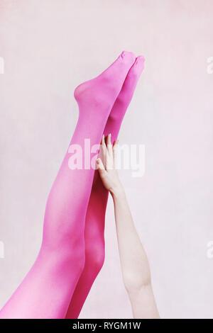 Weibliche Beine tragen rosa Strumpfhose Stockbild