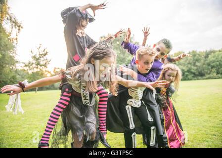Kinder als Zombies verkleidet für Halloween-Nacht. Stockbild