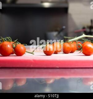 Cherry-Tomaten am Rebstock. Stockbild