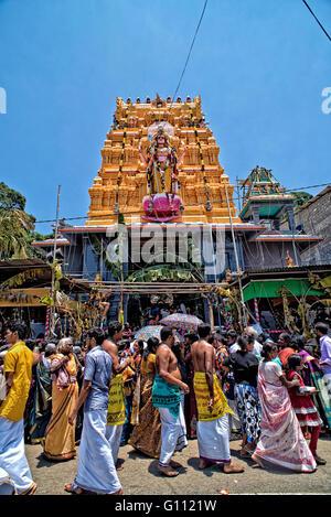 Hindu-Tempel in Pussellawa, Sri Lanka am Tag der Choti Holi-Fest Stockbild