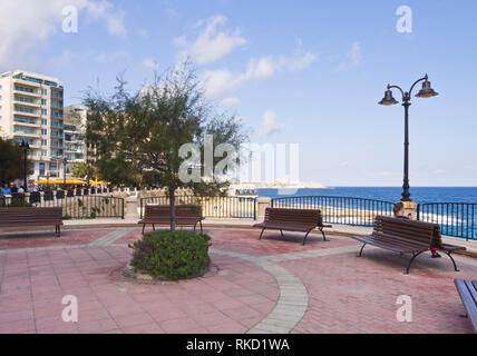 Strandpromenade in Sliema Bezirk in der Nähe von Valetta auf Malta, sonnig und einladend für einen morgendlichen Spaziergang Stockbild
