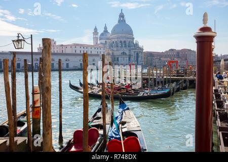 Gondeln am Canale Grande in der Nähe von St. Maria della Salute Kirche, Venedig, Venetien, Italien Stockbild