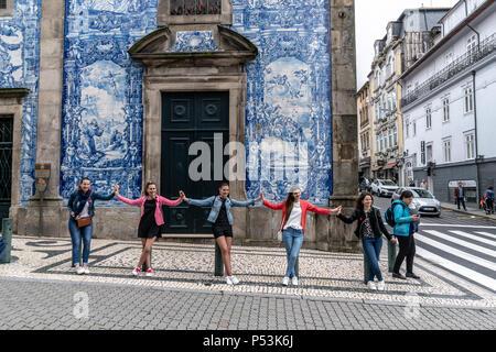 Gruppe von Mädchen vor der Capela das Almas Kirche, Porto, Portugal Stockbild