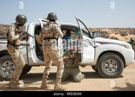 Mauretanische Soldaten Suche ein feindliches Fahrzeug während antiterrorism Ausbildung bei Ausübung Flintlock 2019 Februar 23, 2019 in Atar, Mauretanien. Flintlock ist eine multi-nationale Übung bestehend aus 32 afrikanischen und westlichen Nationen an mehreren Standorten in Burkina Faso und Mauretanien. Stockbild