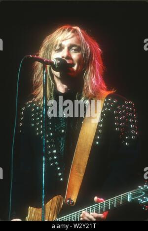 LOS ANGELES, Ca - 22. Juni: Musiker Robin Zander von Cheap Trick backstage bei einem Konzert ca. 1989 an verschiedenen Orten in Los Angeles, Kalifornien. Stockbild