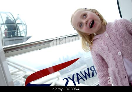 Foto des London Eye innerhalb Familie Kinder Pod innen besuchen Stockbild