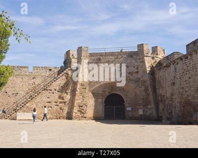 Die alten Stadtmauern in Famagusta Zypern mit Zugang für Neugierige Touristen Stockbild