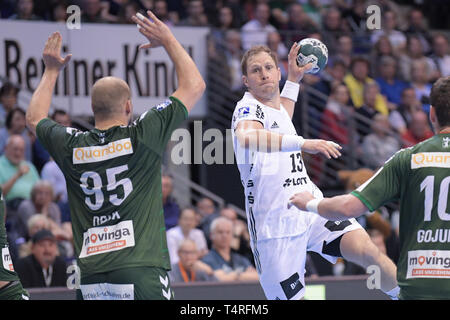 Berlin, Deutschland. 18 Apr, 2019. Handball: Bundesliga, Füchse Berlin - THW Kiel, den 27. Spieltag. Steffen Weinhold aus Kiel am Sprung werfen. Quelle: Jörg Carstensen/dpa/Alamy leben Nachrichten Stockbild