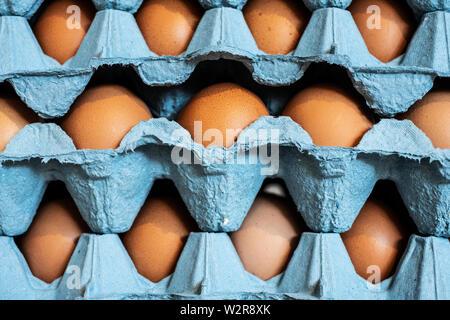 Full Frame Nahaufnahme von einem Stapel von blauen Kartons mit braunen Eiern. Stockbild