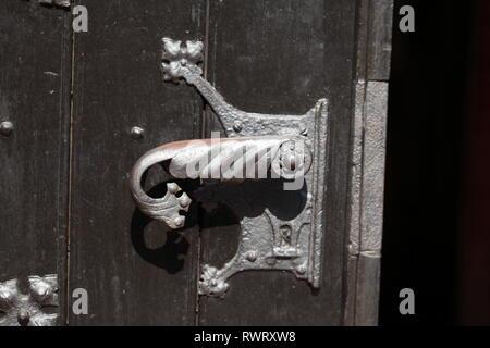 Alte Tür Verriegelung, St. Petri Kirche in der Altstadt von Buxtehude, Altes Land, Niedersachsen, Deutschland, Europa Stockbild