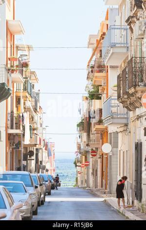 Massafra, Apulien, Italien - 31. MAI 2017 - Autos und Ureinwohner in den Straßen von Massafra Stockbild