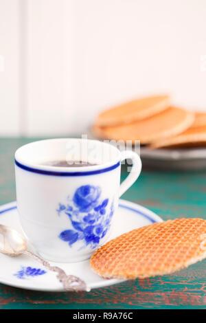 Tasse Kaffee mit einem holländischen Stroopwafel Cookie oder Karamell Waffeln. Stockbild