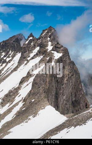 Luftaufnahme über den Peak Trollryggen (oben Mitte) und die Spitzen Trolltindane (hinter), im Tal Romsdalen, Møre og Romsdal, Norwegen. Stockbild