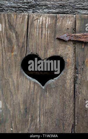 Herz Form auf eine alte Tür. Stockbild