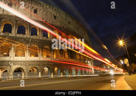 Kolosseum bei Nacht mit Autolichter, Rom, Italien Stockbild