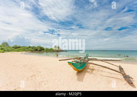 Balapitiya, Sri Lanka, Asien - eine traditionelle, bunte Kanus am Strand von Balapitiya Stockbild