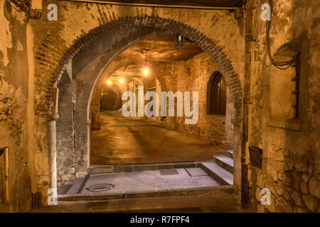 Rue Obscure (Dark Passage) Datring aus dem 13. Jahrhundert, Villefranche Sur Mer, Côte d ' Azur, Côte d ' Azur, Provence, Frankreich Stockbild