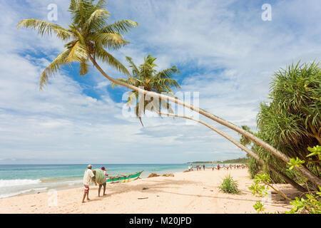 Balapitiya, Sri Lanka - Dezember 2015 - einheimische Fischer am Strand von Balapitiya, Asien Stockbild