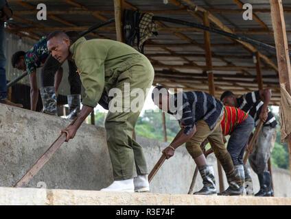 Äthiopische Arbeiter waschen Kaffeebohnen in Wasser, Oromia, Shishinda, Äthiopien Stockbild