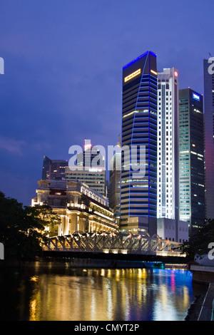 Fullerton Hotel Cavenagh Brücke, die Skyline von Singapur, Süd-Ost-Asien, twilight Stockbild