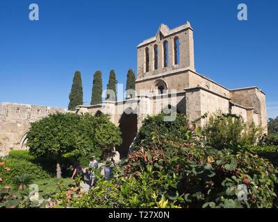 Bellapais Abbey eine touristische Attraktion in Nordzypern mit gotische Ruinen, eine schöne orthodoxe Kirche und üppigen Garten Stockbild