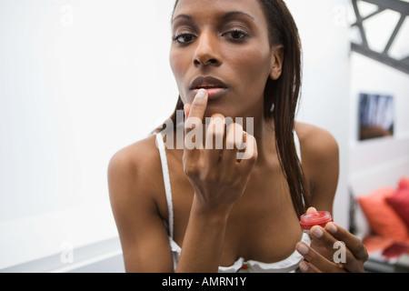 Afrikanerin Anwendung Lipgloss Stockbild